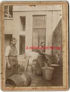 Vie Quotidienne-Femme Qui Lessive Dans La Cour-lessiveuse-planche-homme Et Son Tonneau-cartonnée Format 9,4 X 12,4cm - Old (before 1900)