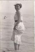 JEUNE FEMME LES PIEDS DANS L'EAU    ANNEE 1930 ENVIRON - Anonymous Persons