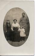 Carte Photo. Famille. Une Femme, 2 Filles Et Un Soldat - Gruppen Von Kindern Und Familien