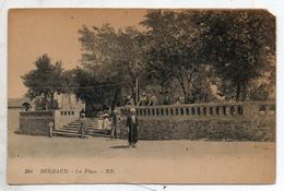 Algérie. Bugeaud. La Place. Coin Haut Droit Manquant - Otras Ciudades