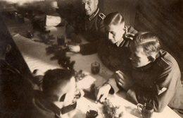 Photo Originale Guerre 1939-45 - Réunion Stratégique Entre Soldats En Période De Noël - War, Military