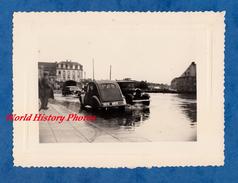 Photo Ancienne - BRETAGNE ? - Ville à Situer - Automobile CITROEN 2CV Et Une Autre à Identifier - Traction - Automobili