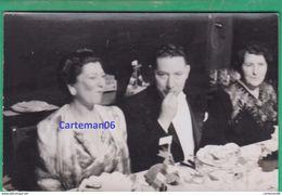 Couple - Carte Photo - Un Couple à Table - Personnes Anonymes