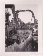 Foto Ausgebranntes Fahrzeug - 2. WK - 5,5*4cm (28411) - Krieg, Militär