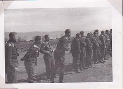 Foto Deutsche Soldaten Bei Fussballspiel - 2. WK - 8*5cm (28429) - War, Military