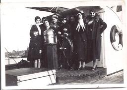 JEUNES FEMMES A LA BARRE  ANNEE 1920.30 - Boats
