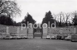 1963 CADILLAC CITROEN 2CV HY CIMETIERE PERE LACHAISE PARIS FRANCE 35mm  AMATEUR NEGATIVE NOT PHOTO NEGATIVO NO FOTO - Other