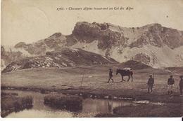 CPA -  CHASSEURS ALPINS Traversant Un Col Des Alpes - France