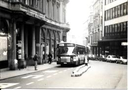 BRUXELLES (1000) ; Le Bus 71 à L'arrêt à La Sortie Des Galeries Saint-Hubert. Carte-Photo Unique. - Transport Urbain En Surface