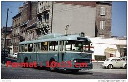 Repro D'une Photographie D´un Bus Trolley Au Havre Boulevard De Strasbourg Ligne 5 Garé Près D´une Coccinelle VW En 1963 - Reproductions