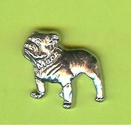 Pin's Chien Bulldog (Camion Mack) Relief - 1Z27 - Animaux