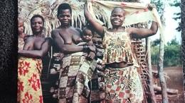 CONGO BRAZZAVILLE FEMMES SEINS NUS PHOTO PR JOURNEAUX TETE RASEE  AFRICAINES DISSIMULEE PAR COQUETTERIE A L AIDE FOULARD - Afrique