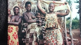 CONGO BRAZZAVILLE FEMMES SEINS NUS PHOTO PR JOURNEAUX TETE RASEE  AFRICAINES DISSIMULEE PAR COQUETTERIE A L AIDE FOULARD - Africa