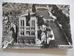 CPSM (75) - EN AVION AU DESSUS DE PARIS - NOTRE DAME - EDIT. ALFA - PHOTO VERITABLES -  C1965 - R564 - Notre Dame De Paris