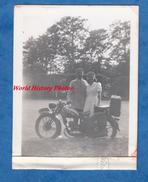 Photo Ancienne - Couple Devant Une Belle Moto à Identifier - Aout 1950 - Cars