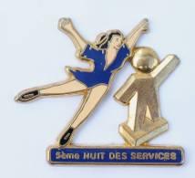 Pin's 5° NUIT DES SERVICES - Mascotte Et Patineuse  - Zamac - Decat- G292 - Skating (Figure)