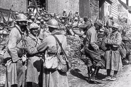 Militaria WW1 -  Poilus Faisant Halte à Suzanne En 1916 - 1914-18