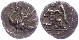 Mallos, Obol (0,58g), ca. 4. Jhd. v. Chr. Av: Kniender, geflügelter Jüngling nach rechts. Rev: Schwan...