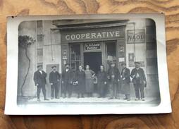 """Ouvriers Costumes. Ancienne Photo Format Carte Postale. """"Coopérative,  La Solidarité Ouvrière"""" . Non Située - Professions"""