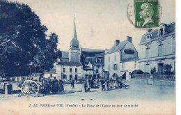 Le Poiré Sur Vie : La Place De L'église Un Jour De Foire - Poiré-sur-Vie