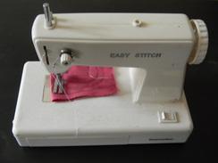 Machine à Coudre Enfant Somotec Easy Stitch En L'etat Long 21cm Larg 11cm Haut 16 Cm Poids 500 Grammes - Giocattoli Antichi