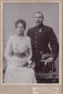 Kabinettfoto SOLDAT Mit Seiner Braut Um 1914, Kunstfotogr.Atelier Vöslau, Fotoformat 16,5 X 11 Cm - 1914-18