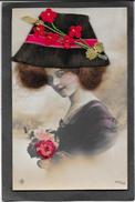 Belle Fantaisie. Femme Aux Vrais Cheveux + Chapeau Et Fleurs Rouges En Feutrine - A Systèmes