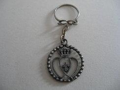 Porte Clefs Double Coeur De VENDEE Et Fleur De Lys - Key-rings