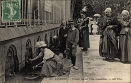 Cp Lourdes Hautes Pyrénées Frankreich, Pèlerins Buvant L'Eu Miraculeuse, Heilwasserquelle, Brunnen - Frankrijk