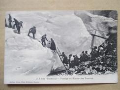 HAUTE SAVOIE  74      CHAMONIX    -   PASSAGE AU  GLACIER DES BOSSONS  ...  A  L ´ ECHELLE    TRES  ANIME   TTB - Chamonix-Mont-Blanc