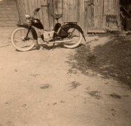 Petite  Photo Originale Motocyclisme Et Motocyclette - La Mobylette Rétro à Identifier - Cyclisme