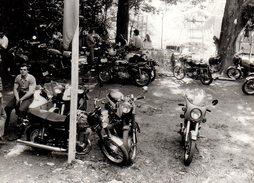 2 Photos Originales Motocyclisme Et Motocyclette, Moto MZ Ex RDA - MZ ETZ 250 & Ses Rivales De L'époque Sur Un Parking - Cyclisme