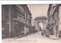 Carte Postale Ancienne De La Nièvre - Nevers - Rue Des Ardilières Et Porte De Paris - Nevers