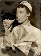 PHOTO - Photo De Presse - PARIS - Laiterie - Nouveaux Emballages En Carton - Brick De Lait - 1955 - TETRA LAIT - Lieux
