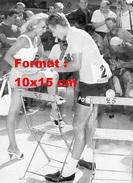 Reproduction D´une Photographie De Jacques Anquetil Signant La Jambe D'une Jeune Femme - Reproductions