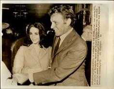 PHOTO - Photo De Presse - LIZ TAYLOR - Actrice - RICHARD BURTON - Boston - 1964 - Célébrités
