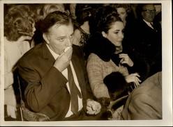 PHOTO - Photo De Presse - LIZ TAYLOR - Actrice - RICHARD BURTON - Londres - 1965 - Célébrités