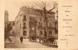 CPA - ARLES (13) - Aspect Du Quartier De L'Hôtel Du Nord-Pinus Et De La Place Du Forum Dans Les Années 10 / 20 - Arles