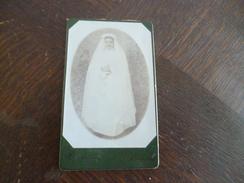 Photo  CDV Souvenir De Première Communion 1908 Identifiée Au Dos Marie Métral - Personnes Identifiées
