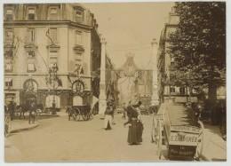 Paris. Carrefour Rues Royale Et Saint-Honoré Pavoisé (revue De Vincennes Mai 1905). Parfumerie Delettrez. Ladurée. - Lieux