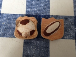 2 Fèves Plates Mates Blason Football Rugby - Sports
