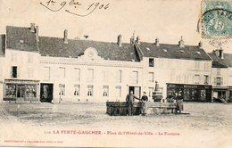 CPA - La FERTé-GAUCHER (77) - Aspect De La Place De L'Hôtel De Ville Et De La Fontaine En 1904 - La Ferte Gaucher