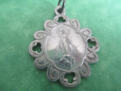 Médaille Religieuse Ancienne  / Vierge Marie/ Aluminium/Entourage à Volutes/Fin XIXéme                            CAN331 - Religion &  Esoterik