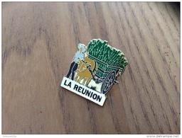 """Pin´s """"LA REUNION"""" (récolte De La Canne à Sucre), (pantalon Et Chariot Marron) - Pin's"""