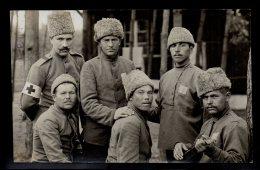 ALLEMAGNE - CARTE PHOTO - Groupes De Prisonniers Russes - Infirmiers - Tampon Cachet Geprüft Kommandantur Wahn Lager 10 - Guerre 1914-18