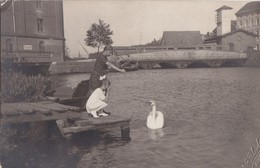 Foto Kolberg Kolobrzeg Pommern Polen  Um 1925 Hafen Kanal Fluss Kinder Füttern Schwan Brücke - Pommern