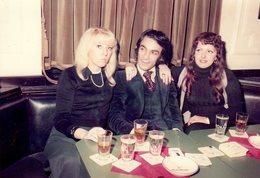 Photo Originale Du Playboy Des Années 1970 Et De Ses Deux Conquêtes Sous Le Charme - Personnes Anonymes