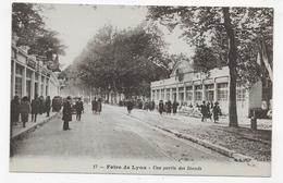 LYON - N° 17 - FOIRE DE LYON - UNE PARTIE DES STANDS AVEC PERSONNAGES - CPA NON VOYAGEE - Lyon
