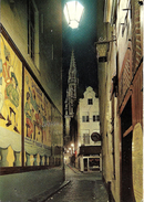Bruxelles (1000) :La Tour De L'Hôtel De Ville Vue Depuis La Petite Rue Des Bouchers. Pub Du Restaurant La Vieille Ville. - Bruxelles La Nuit