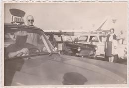 Vieux Papier : PHOTO : Env. 8 Par 12 Cm : Chauffeur  Voiture  Taxi A  ORLY Prés  Paris  1965 , Avion Caravelle Au  Fond - Vieux Papiers